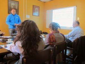 Cadudzzi Salas exponiendo ante el Concejo Municipal de Pichilemu por la Red Ambiental de esta ciudad