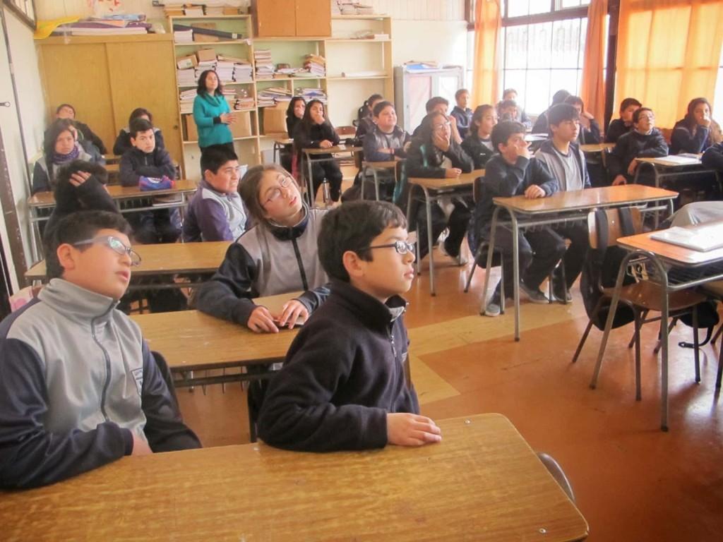Niños de la escuela Digna Camilo atienden la exposición de sus compañeros