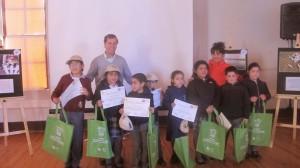 Felipe Avendaño y Gianinna Miranda de la Seremi de MMA junto a niños participantes del concurso de fotografía.