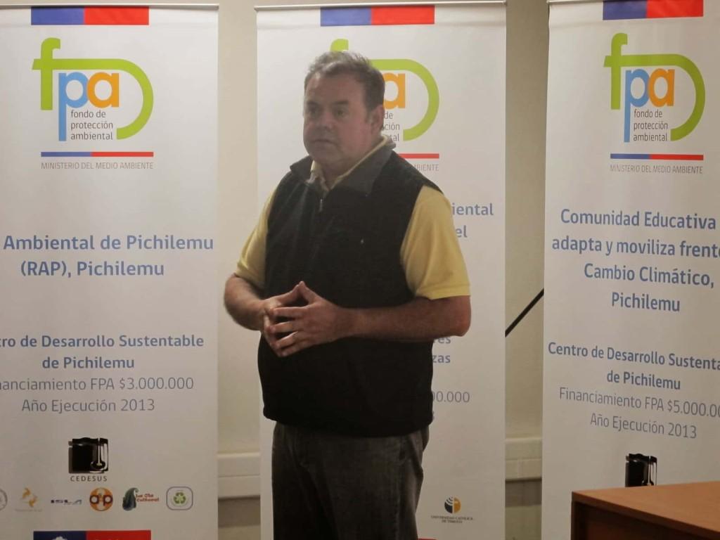 Cadudzzi Salas en la presentación de los proyectos del Fondo de Protección Ambiental de Pichilemu 2013, uno de ellos relacionado al trabajo educativo sobre Cambio Climático patrocinado por el proyecto Admicco.