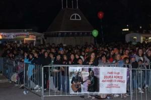 El público fans de Los Vásquez llevaron pendones alusivos al resguardo de la Patagonia