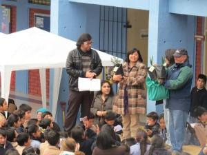 La directora Daniela Sepúlveda recibió árboles nativos de regalo de Conaf